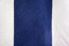 Textura áspera de la toalla del verano azul y blanco del fondo imágenes de archivo libres de regalías