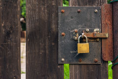 Textura áspera de madera de la puerta de jardín con el candado Rusty Rustic Outdo Foto de archivo libre de regalías