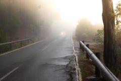Textura áspera del camino Manera negra del asfalto con la línea blanca en el centro Salida del sol, España, Fuerteventura Imágenes de archivo libres de regalías