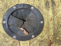 Textura abstracta del grunge del fondo vergonzoso sucio amarillo con un círculo de goma oscuro en el cual miente la hoja seca mar Foto de archivo libre de regalías