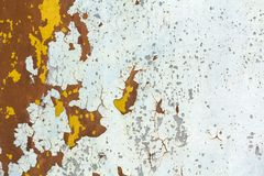 A textura abstrata do fundo da placa de metal de oxidação suja vertical com pintura da casca e da corrosão extensiva com oxidação foto de stock royalty free