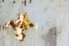 A textura abstrata do fundo da placa de metal de oxidação suja vertical com pintura da casca e da corrosão extensiva com oxidação foto de stock