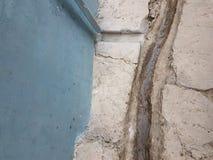 Textura abstrata do fundo das paredes de pedra da cor azul e branca, separadas por sulcos Foto de Stock Royalty Free