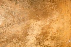 Textura abstrata do ouro Parede colorida com emplastro dourado fotografia de stock royalty free