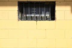 Textura amarela da parede de tijolo com janela fotografia de stock