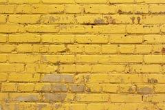 Textura amarela pintada do fundo da parede de tijolo em matizes brilhantes Imagens de Stock Royalty Free