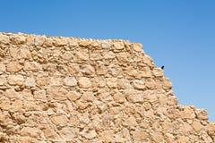 Textura antigua de la pared de la fortaleza con el cielo azul fotografía de archivo libre de regalías