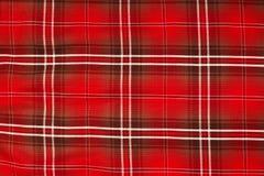 Textura ascendente fechado da toalha de mesa, teste padrão do guingão no vermelho, branco a fotografia de stock