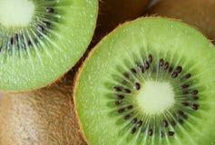 Textura ascendente fechado do corte no meio fruto de quivi maduro fresco e suculento verde vibrante Fotos de Stock Royalty Free