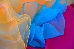 Textura azul clara y anaranjada de la tela de Tulle en fondo rosado Fotografía de archivo libre de regalías