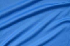 Textura azul da tela do poliéster detalhado com muitas dobras imagens de stock