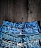 Textura azul de la mezclilla y de la falta de la mezclilla en el piso de madera fotos de archivo libres de regalías