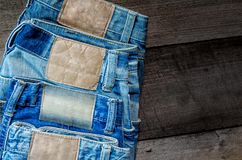 Textura azul de la mezclilla y de la falta de la mezclilla en el piso de madera fotos de archivo