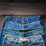 Textura azul de la mezclilla y de la falta de la mezclilla en el piso de madera fotografía de archivo
