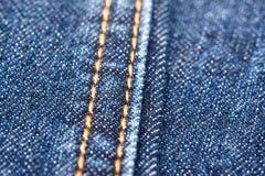 Textura azul de los vaqueros del dril de algodón con las costuras Fotos de archivo