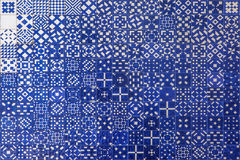 Textura azul del azulejo del mosaico en Lisboa Fotos de archivo