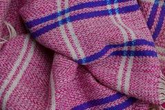 Textura azul roja de la tela de un mantón de lana viejo Imagen de archivo libre de regalías