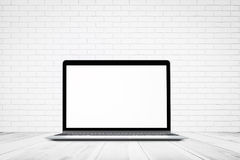 Textura blanca de la pared de ladrillo con la maqueta de madera del piso y del ordenador portátil, fondo abstracto vacío para las Imagen de archivo