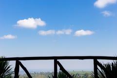 Textura blanca del fondo de la nube del cielo azul Imagen de archivo
