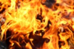 Textura borrada das chamas alaranjadas brilhantes do fogo que queimam-se de madeira na came Imagem de Stock