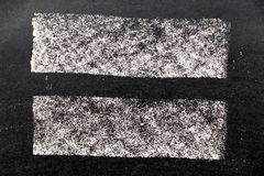 Textura branca da pintura do giz no fundo preto da placa imagem de stock