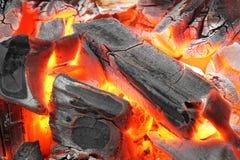 Textura caliente del fondo de las briquetas del carbón de leña que brilla intensamente, primer imagen de archivo