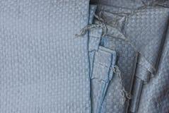 Textura cinzenta da tela de uma pilha de sacos sintéticos fotos de stock