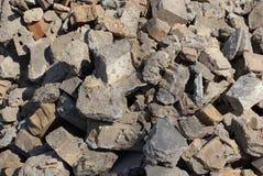 Textura cinzenta das partes de concreto e de pedras em uma pilha do lixo fotos de stock royalty free