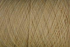 Textura cinzenta de linhas de lã grossas em um skein Fotos de Stock