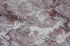 Textura clássica do travertino Base castanho-avermelhado com os pontos escuros e cinzentos usado como um fundo fotos de stock