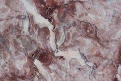 Textura clássica do travertino Base castanho-avermelhado com os pontos escuros e cinzentos usado como um fundo imagem de stock