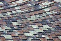 Textura coloreada de un fragmento de las tejas de techumbre en el tejado de la casa Imágenes de archivo libres de regalías