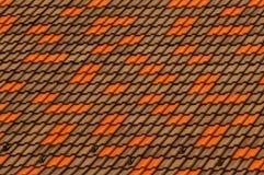 Textura coloreada de un fragmento de las tejas de techumbre en el tejado del edificio Foto de archivo libre de regalías