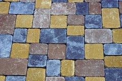 Textura colorida de um fragmento de pavimentar tijolos na estrada imagens de stock