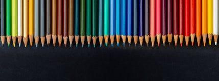 Textura colorida dos lápis foreground Toda a escala das cores do arco-íris Começo do papel de parede bonito da escola fotos de stock royalty free