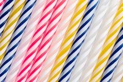 Textura com velas do aniversário Posição diagonal muito colorida, com azul, o vermelho, o amarelo e o branco fotografia de stock