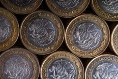 Textura con los Pesos mexicanos apilados y alineados, la visión superior Fotografía de archivo
