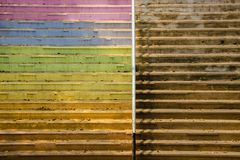 Textura concreta sucia de las escaleras coloridas sucias del vintage - Contras fotografía de archivo libre de regalías