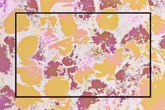 A textura ? cor-de-rosa e amarelo, o quadro ? roxo escuro no centro fotografia de stock royalty free