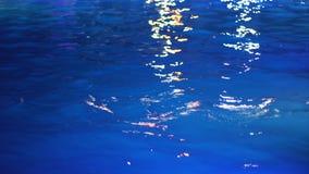Textura da água azul na piscina na noite video estoque