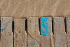 Textura da areia da praia com as listras envelhecidas madeira Fotografia de Stock