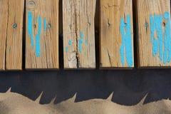 Textura da areia da praia com as listras envelhecidas madeira Foto de Stock