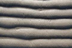 Textura da areia Fundo com a areia fina bege Linhas afiadas de ondas na areia Lixe a superfície na praia, vista de cima de Fotografia de Stock