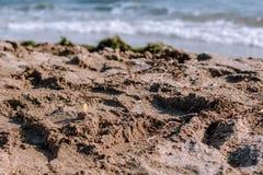 Textura da areia no fundo das ondas do mar imagens de stock royalty free