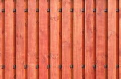 A textura da cerca de madeira com um fundo marrom vertical novo e dois guias horizontais imagens de stock