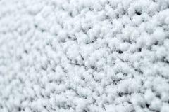 Textura da neve no vidro nas nevadas fortes, close-up foto de stock royalty free