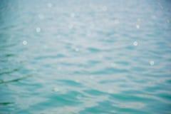 Textura da onda e bokeh azuis (superfície da onda do mar) Foto de Stock