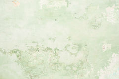 A textura da parede antiga velha é verde, lá é fraturas da camada protetora branca de emplastro dos efeitos fotografia de stock royalty free