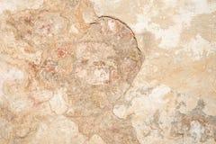 A textura da parede antiga velha da cor da amarelo-areia, lá é fraturas da camada protetora branca de emplastro do efeito imagens de stock