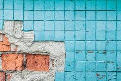 Textura da parede azul velha da telha Fundo do fragmento da parede com telha e os tijolos quebrados imagens de stock